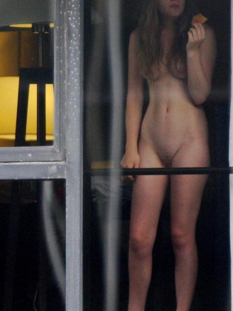 【窓際族】海外版民家盗撮の女性たちが大胆すぎる件・・・(28枚)・2枚目