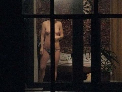 【窓際族】海外版民家盗撮の女性たちが大胆すぎる件・・・(28枚)・23枚目