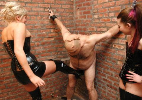 【理解不能】女にタマ蹴り上げられて快感を得るドM男たちwwwwwwwww(画像30枚)・26枚目