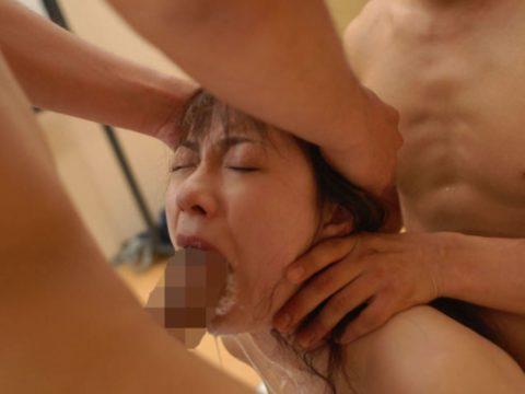 【イラマチオ】喉奥までブッ刺された女たち。めちゃ苦しそう・・・・29枚目