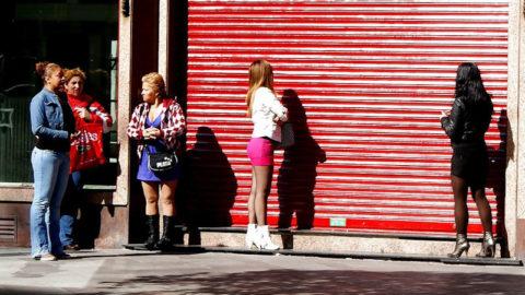 【恥じらいゼロ】海外の立ちんぼ姉ちゃんたちの仰天ファッション画像集(30枚)・3枚目