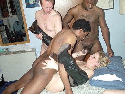 レイプしてるようにしか見えない黒人と白人の乱交画像集(24枚)・2枚目