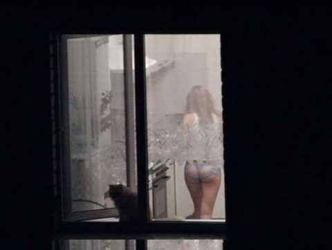 【窓際族】海外版民家盗撮の女性たちが大胆すぎる件・・・(28枚)・28枚目