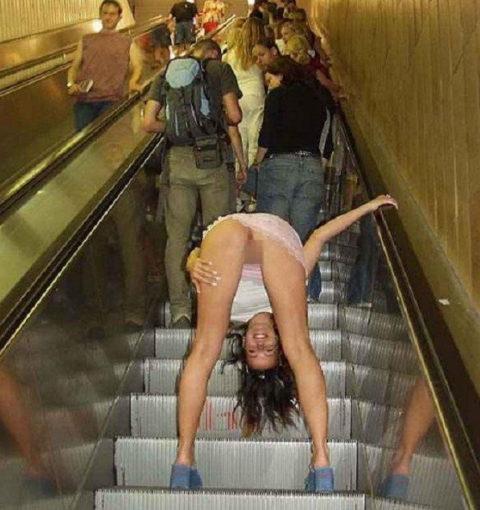 エスカレーターで強制見せつけしてくる露出狂女たち(画像30枚)・8枚目