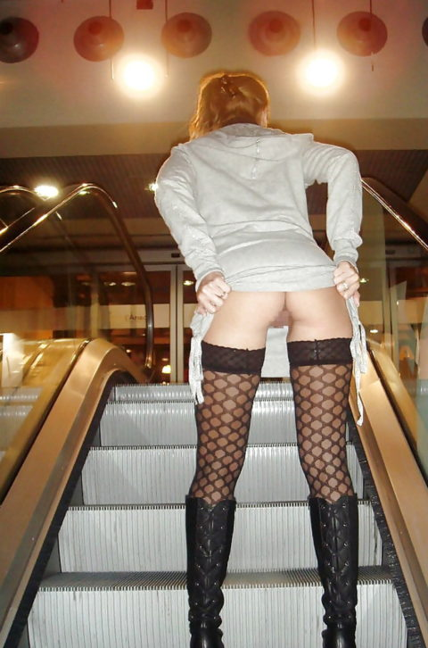 エスカレーターで強制見せつけしてくる露出狂女たち(画像30枚)・9枚目