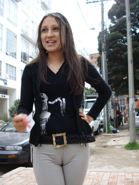 完全にマンコを晒して街を歩く女性たち・・・(※画像あり)・9枚目