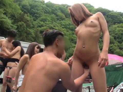 キャンプ場で野外SEXを楽しむカップルエロ画像