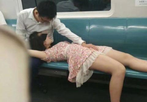 地下鉄で周りを気にせずに手マンするカップルを激写したったwwwwwwwwwwww(画像あり)