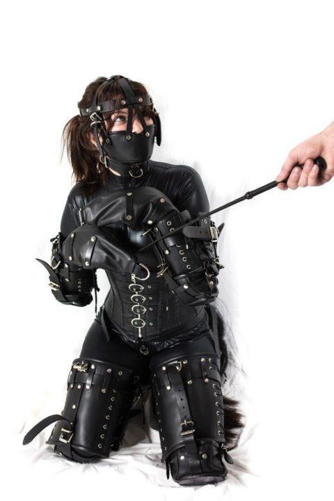 コナンの犯人みたいな黒いラバースーツの女を調教してみる(画像30枚)・1枚目