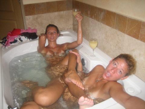 みんなで脱げば怖くない!?女同士でお風呂に入ってるエロ画像集(28枚)・10枚目