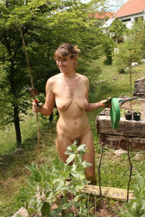 【画像25枚】嫁が裸族で困るwwwwwwwwwwww(※ガーデニング編)・12枚目