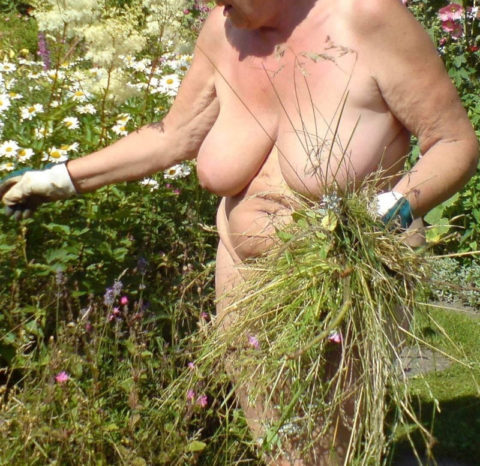 【画像25枚】嫁が裸族で困るwwwwwwwwwwww(※ガーデニング編)・14枚目