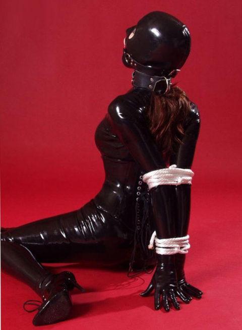 コナンの犯人みたいな黒いラバースーツの女を調教してみる(画像30枚)・19枚目