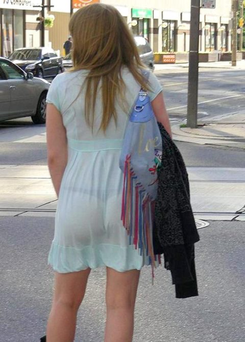 【街撮り】見せつけてるとしか思えない!シースルーファッションの女性たち(画像30枚)・22枚目