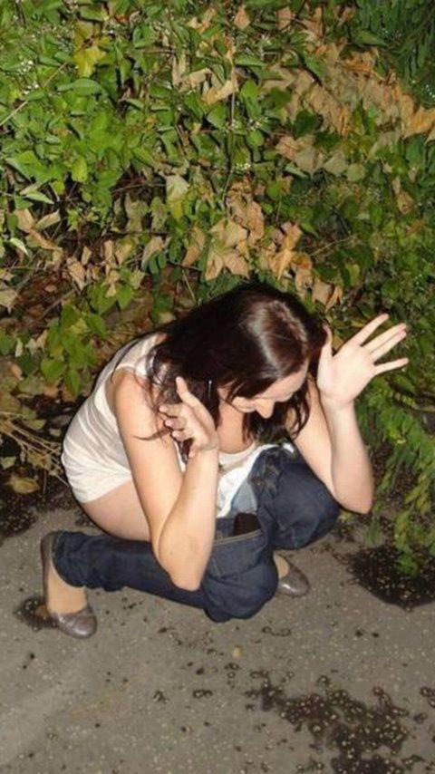 野ション女子がガチで不意を突かれて激写された時の顔wwwwwwwwwww(画像あり)・23枚目