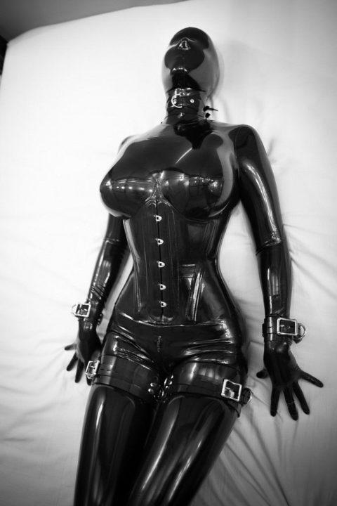 コナンの犯人みたいな黒いラバースーツの女を調教してみる(画像30枚)・23枚目