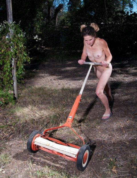 【画像25枚】嫁が裸族で困るwwwwwwwwwwww(※ガーデニング編)・3枚目