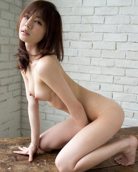 ヌード撮影中に乳首がビンビンになっちゃった女の子(画像30枚)・4枚目