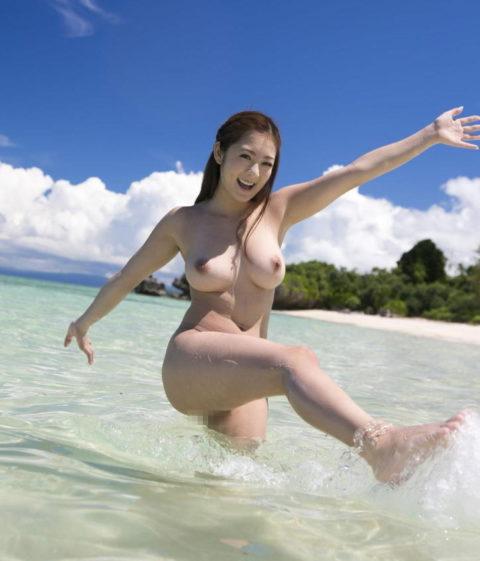 ビーチではしゃぐ日本人女子の全裸画像エロすぎやろwwwwwwww(30枚)・4枚目
