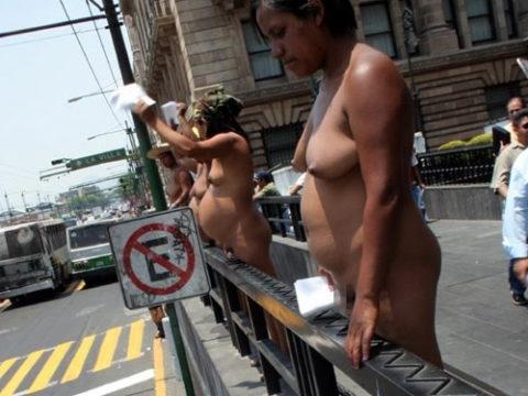 【分かったからやめてくれ‥】ある意味効き目がある全裸抗議がこちら・・・(画像28枚)・1枚目