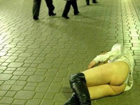 【持ち帰れます?】ガチな泥酔女たちのハレンチ画像集(30枚)