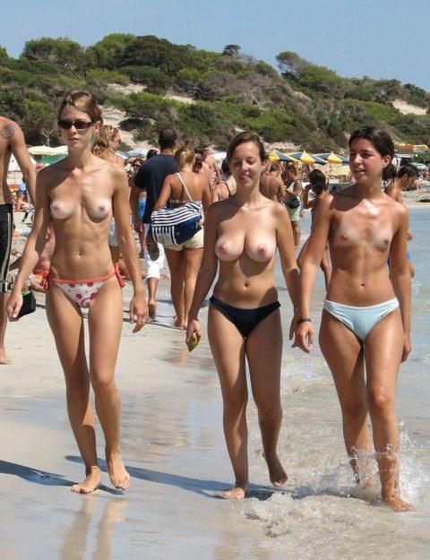 ヌーディストビーチで神乳すぎる10代女子が撮影される。107枚・11枚目