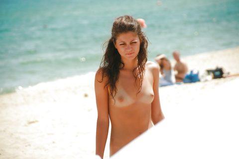 ヌーディストビーチで神乳すぎる10代女子が撮影される。107枚・16枚目