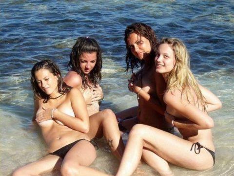 ヌーディストビーチで神乳すぎる10代女子が撮影される。107枚・32枚目