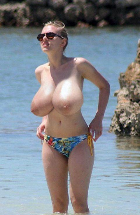 ヌーディストビーチで神乳すぎる10代女子が撮影される。107枚・55枚目