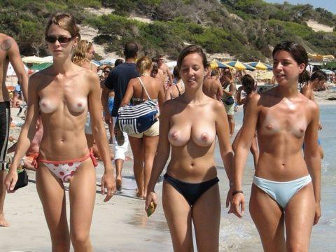 ヌーディストビーチで神乳すぎる10代女子が撮影される。107枚・62枚目
