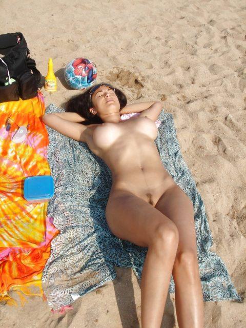ヌーディストビーチで神乳すぎる10代女子が撮影される。107枚・67枚目