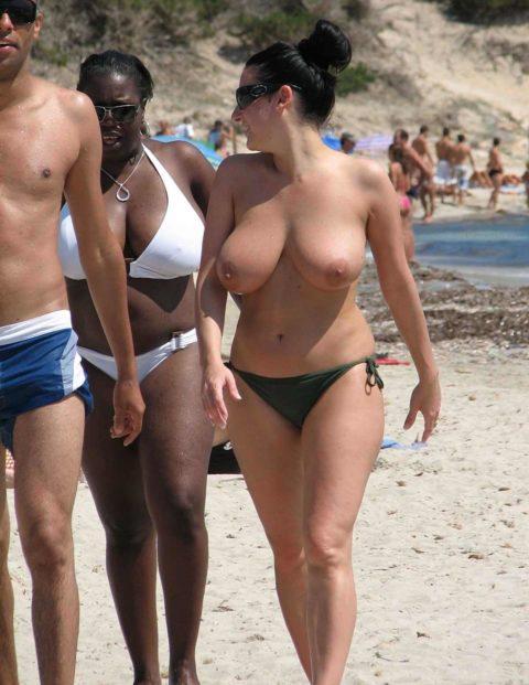 ヌーディストビーチで神乳すぎる10代女子が撮影される。107枚・68枚目