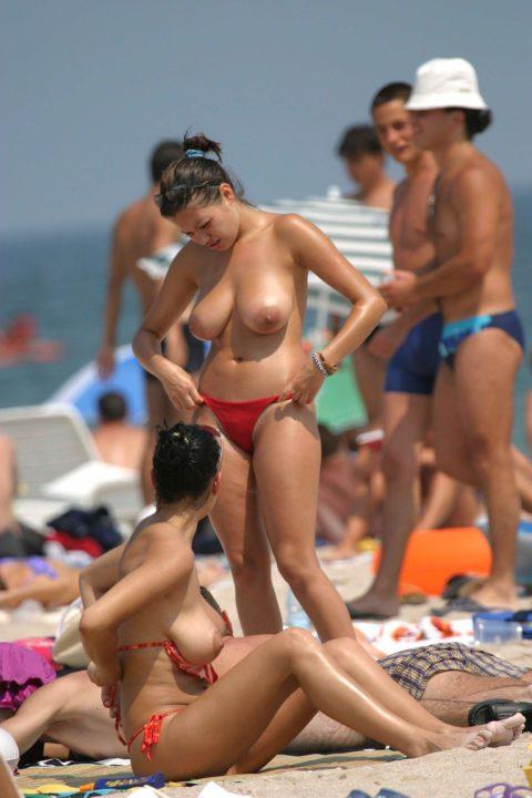 ヌーディストビーチで神乳すぎる10代女子が撮影される。107枚・71枚目