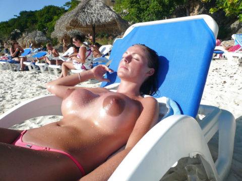 ヌーディストビーチで神乳すぎる10代女子が撮影される。107枚・79枚目