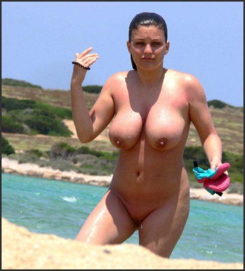 ヌーディストビーチで神乳すぎる10代女子が撮影される。107枚・81枚目