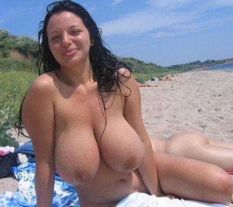 ヌーディストビーチで神乳すぎる10代女子が撮影される。107枚・87枚目