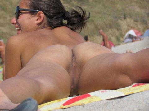 ヌーディストビーチで神乳すぎる10代女子が撮影される。107枚・94枚目
