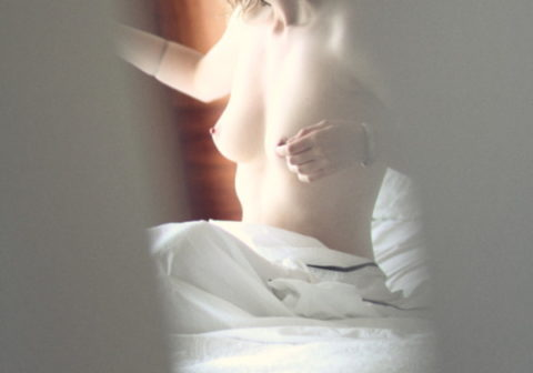 【流出】ドアの隙間から盗撮したワイの元カノ晒すわ。(画像あり)
