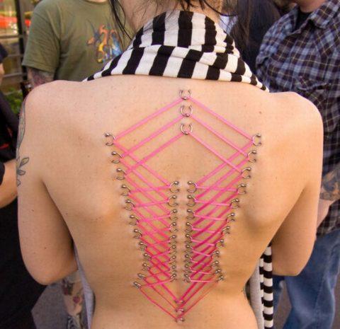 【コルセットピアス】常軌を逸した女がやるボディピアスの進化系(画像30枚)・1枚目