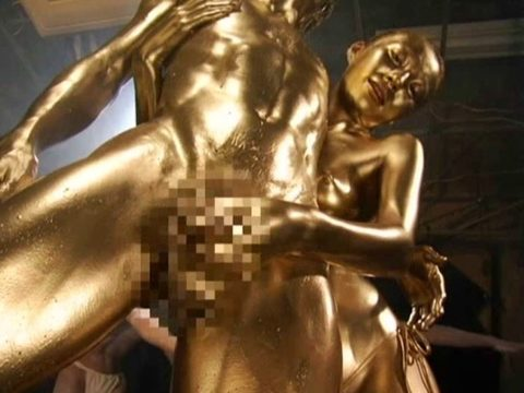 セックスするとご利益がある(?)全身金粉女のエロ画像集(30枚)・1枚目