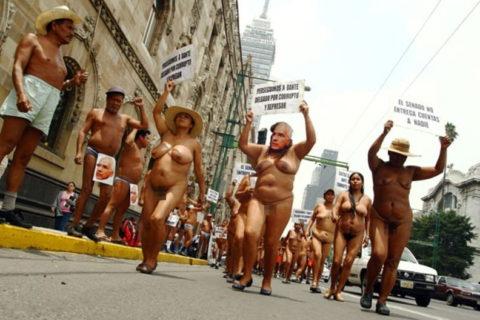 【分かったからやめてくれ‥】ある意味効き目がある全裸抗議がこちら・・・(画像28枚)・11枚目