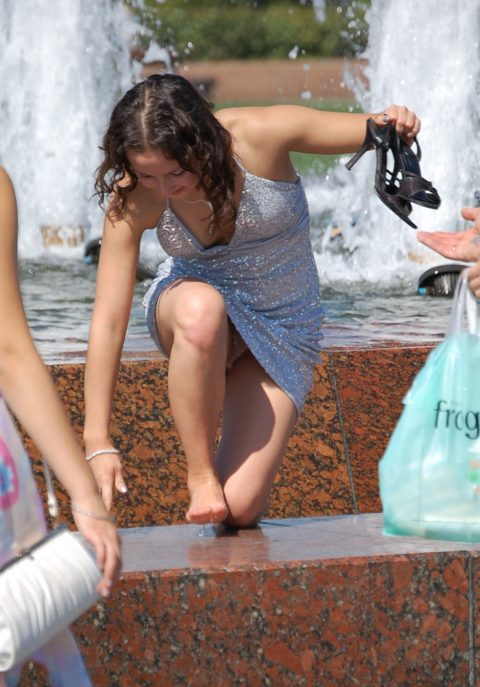 【盗撮】初夏の噴水がパンチラスポットだって知ってた?(画像30枚)・12枚目