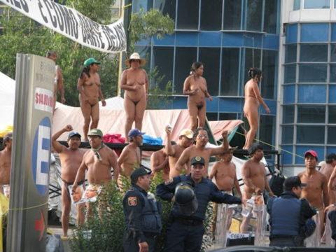 【分かったからやめてくれ‥】ある意味効き目がある全裸抗議がこちら・・・(画像28枚)・16枚目