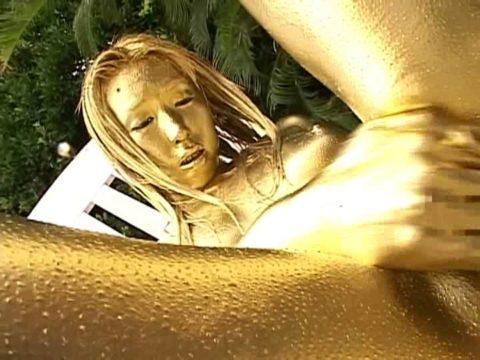セックスするとご利益がある(?)全身金粉女のエロ画像集(30枚)・17枚目