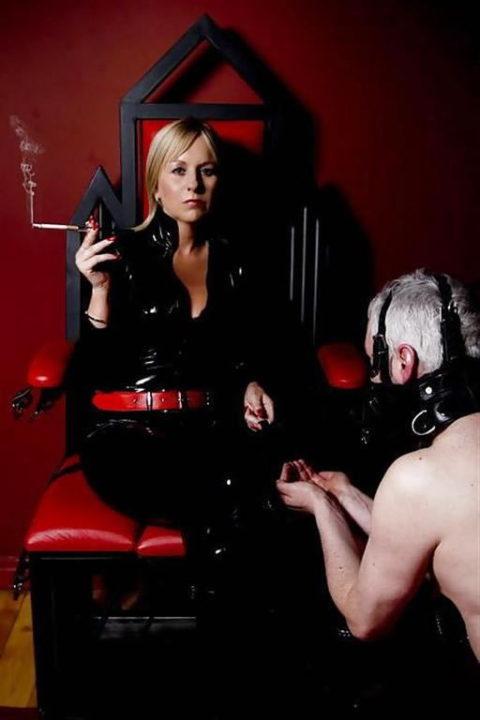 タバコ吸ってM男奴隷を焦らしてる女王様の画像集(27枚)・18枚目