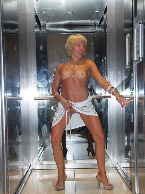 扉が開いたらこの状態wwwww質の悪いエレベーター露出魔のエロ画像集(30枚)・21枚目
