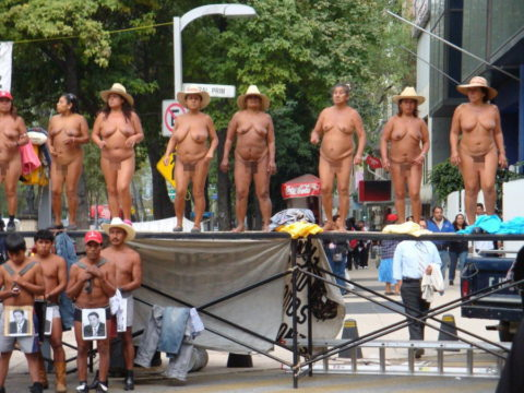 【分かったからやめてくれ‥】ある意味効き目がある全裸抗議がこちら・・・(画像28枚)・22枚目