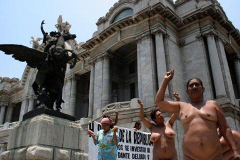 【分かったからやめてくれ‥】ある意味効き目がある全裸抗議がこちら・・・(画像28枚)・23枚目