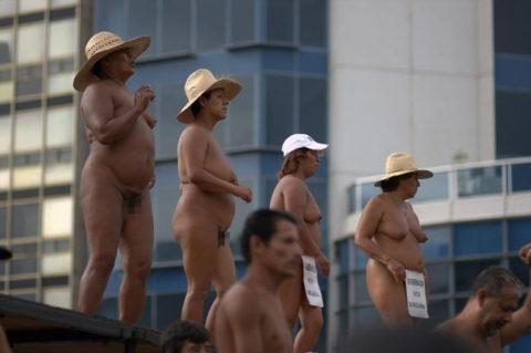 【分かったからやめてくれ‥】ある意味効き目がある全裸抗議がこちら・・・(画像28枚)・24枚目