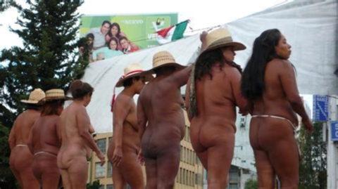 【分かったからやめてくれ‥】ある意味効き目がある全裸抗議がこちら・・・(画像28枚)・25枚目